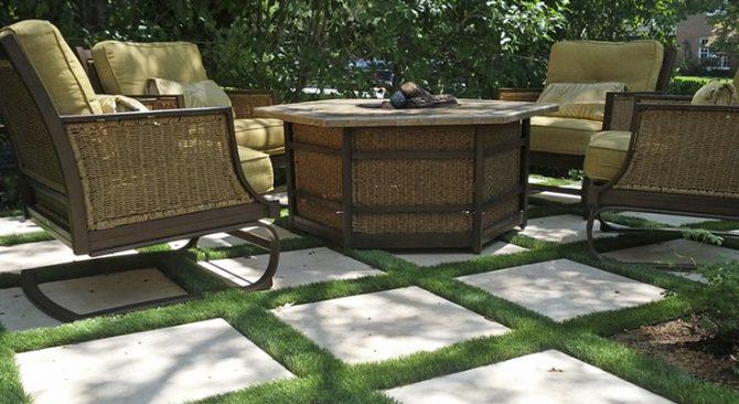5 patios con césped artificial muy copiables